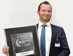 Scopevisio Marketing-Leiter Markus Zink nimmt den CloudComputing Insider-Award in Platin entgegen. - Quelle: Sabine Jung-Elsen
