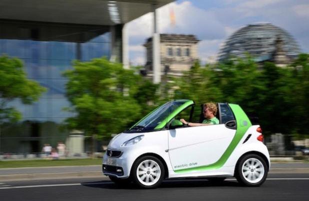 Elektromobilität für jedermann: Der neue smart fortwo electric drive bietet seit 2012 lokal emissionsfreies Fahren in mehr als 30 Märkten weltweit – als coupé und cabrio. - Quelle: Daimler AG