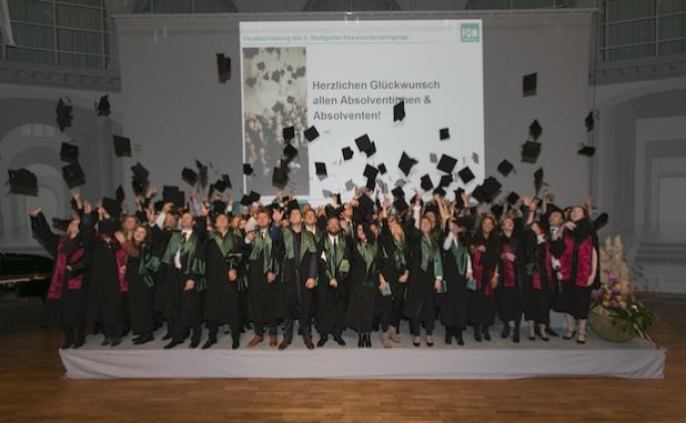 Fliegende Hüte bei der Absolventenverabschiedung an der FOM Stuttgart (Foto: FOM/ Wilhelm Mierendorf)