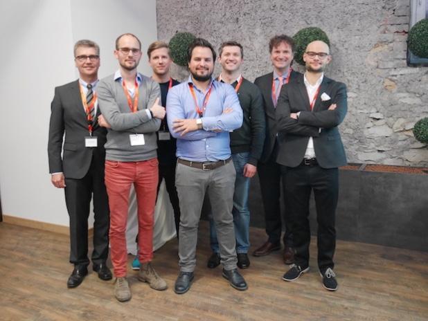 Hubert Böddeker (l.) und Rüdiger Kabst (2.v.r.) freuen sich über das Engagement der jungen Gründer. - Quelle: [TecUP] / Uni Paderborn