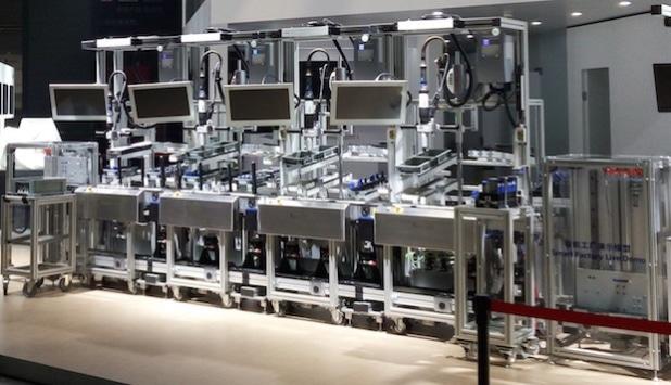 Die einzelnen Stationen der intelligenten Montagelinie verbinden mehrere Industrie- 4.0-Technologien (Foto: KIT China Branch)