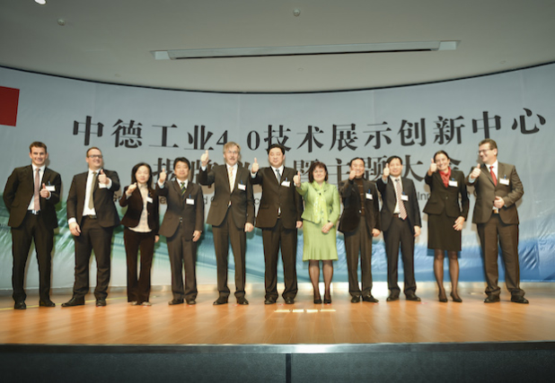 Deutsche und chinesische Vertreter aus Politik, Wirtschaft und Forschung eröffneten das Demonstrations- und Innovationszent- rum in Suzhou (Foto: Markus Breig/KIT)