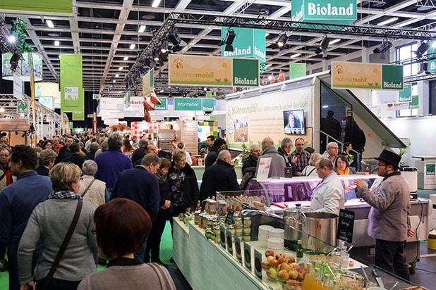 """Grüne Woche 2016 (15.-24.1.): Buntes Treiben und viel Information bietet die BioHalle der Grünen Woche. Quelle: """"obs/Messe Berlin GmbH"""""""
