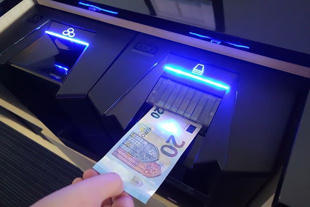 """Mit automatisierten Bezahllösungen wie CASHINFINITY sind Verbraucher vor gefälschten 20-Euro-Scheinen sicher. Quelle: """"obs/Glory Global Solutions/Quelle: Glory Global Solutions"""""""