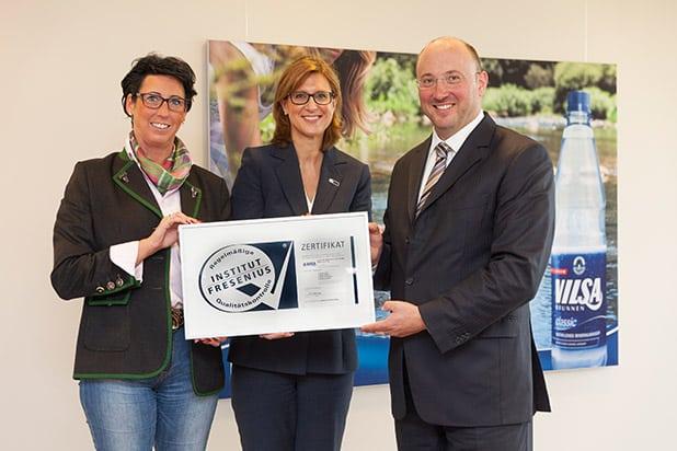 """Amai Rodekohr (VILSA), Marta Schlichting (FRESENIUS), Henning Rodekohr (VILSA). Quelle: """"obs/Vilsa-Brunnen Otto Rodekohr GmbH & Co.KG"""""""