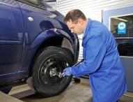 Beim Reifenwechsel sollte man auch die Spuren des Winters beseitigen lassen