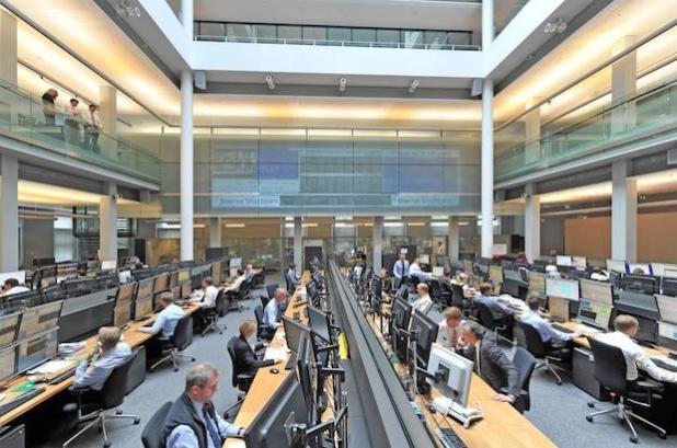 Die Börse - hier im Bild der Handelssaal der Börse Stuttgart - muss kein Buch mit sieben Siegeln sein. Finanzwissen lässt sich relativ bequem erwerben (Foto: djd/Börse Stuttgart GmbH).