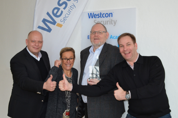 """Westcon wurde von HP Enterprise als """"Best Performing Security Distributor DACH"""" des Jahres 2015 ausgezeichnet. Im Bild (v.l.n.r.): Robert Jung, General Manager bei Westcon, Evelyn Vogt, Leiterin des Business Developments bei Westcon, Jürgen Kerstan, Business Development Manager bei Westcon, und Ralf Stadler, Manager Security Distribution EMEA bei HP Enterprise. - Quelle: Westcon Group Germany GmbH"""