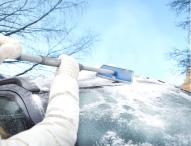 Mit Teleskop-Produkten erreichen Autofahrer beim Eiskratzen einfach mehr