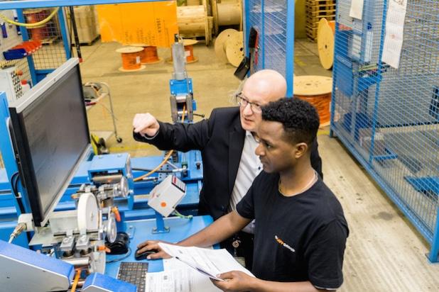 Lapp will in den nächsten drei Jahren neun anerkannten Flüchtlingen die Ausbildung zum Maschinen- und Anlagenführer zu ermöglichen. Tedros Gebru, Flüchtling aus Eritrea, hat bereits im September 2015 eine Ausbildung begonnen. - Quelle: Lapp Gruppe