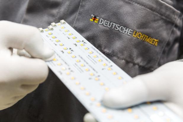 Montage von LED-Platinen bei der Deutschen Lichtmiete Unternehmensgruppe in Oldenburg - Quelle: Deutsche Lichtmiete Unternehmensgruppe