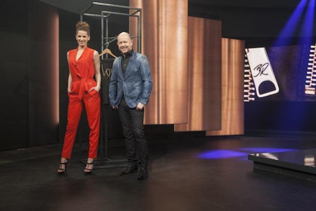 Der Screenshot zeigt Brian Rennie mit der HSE24 Moderatorin Beate Igel bei der Präsentation seiner Mode. - Quelle: HSE24