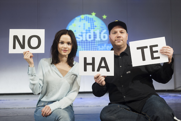 Photo of Jugendliche vor Extremen im Internet schützen