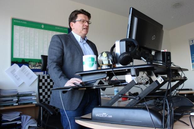 Vereinspräsident und Geschäftsführer Dr. Hubertus Hess-Grunewald nutzt in seinem Büro einen Varidesk. - Bildquelle: Werder Bremen
