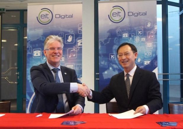 Prof. Willem Jonker, CEO von EITDigital und Dr. Zhou Hong, Präsident von Huaweis European Research Institute unterzeichnen die Vereinbarung - Quelle: obs/EIT Digital/Huawei PR.