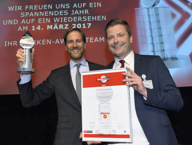 Strahlende Gewinner: Herr Dr. Ralf Murjahn (CEO der DAW-Gruppe) und Herr Martin Rösler (Alpina Marketingleiter) haben beim Siegerfoto allen Grund zur Freude. - Quelle: Alpina Farben