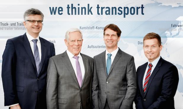 Zur Vertragsunterzeichnung trafen sich die Geschäftsführer Uwe Frielingsdorf (BPW), Ingo Oesterhaus, Wolfgang Oesterhaus (beide NTV) und Achim Kotz (BPW) am Unternehmenssitz der BPW in Wiehl. - Quelle: BPW Bergische Achsen KG