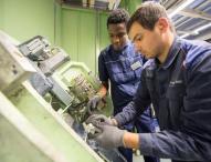 Praktikum bei Daimler baut Flüchtlingen eine Brücke in den Arbeitsmarkt