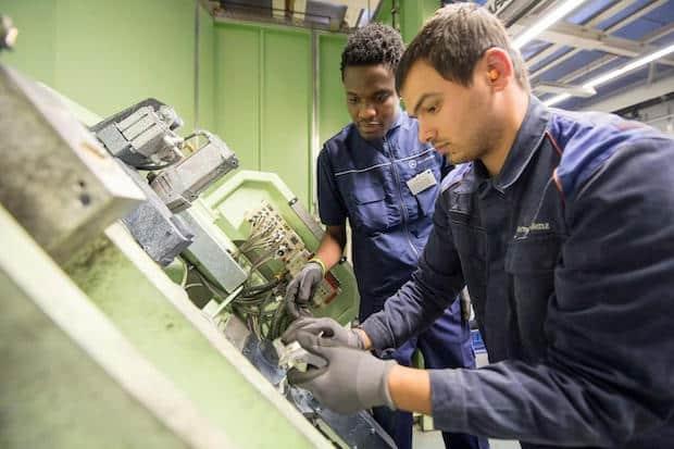 Photo of Praktikum bei Daimler baut Flüchtlingen eine Brücke in den Arbeitsmarkt