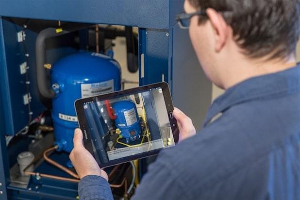 Wichtige Informationen werden über dem Kamerabild im Tablet eingeblendet. Werker im Maschinen- und Anlagenbau arbeiten täglich an unterschiedlichen Maschinen. Das Fraunhofer IGD stellt mit Social Augmented Reality eine Lösung für deren Unterstützung vor. Bild: Fraunhofer IGD | Universität Rostock | ITMZ | 2016