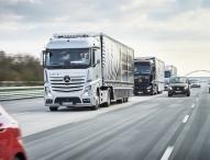 Drei autonom fahrende und vernetzte Mercedes-Benz Lkw fahren im Verbund von Stuttgart nach Rotterdam