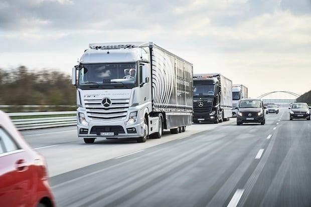 Bild von Drei autonom fahrende und vernetzte Mercedes-Benz Lkw fahren im Verbund von Stuttgart nach Rotterdam