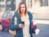 Fußgänger mit Smartphones gefährden Straßenverkehr