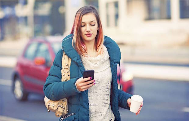 Photo of Fußgänger mit Smartphones gefährden Straßenverkehr