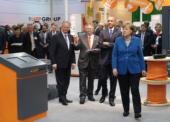 Obama und Merkel beeindruckt von flexiblen ÖLFLEX ROBOT