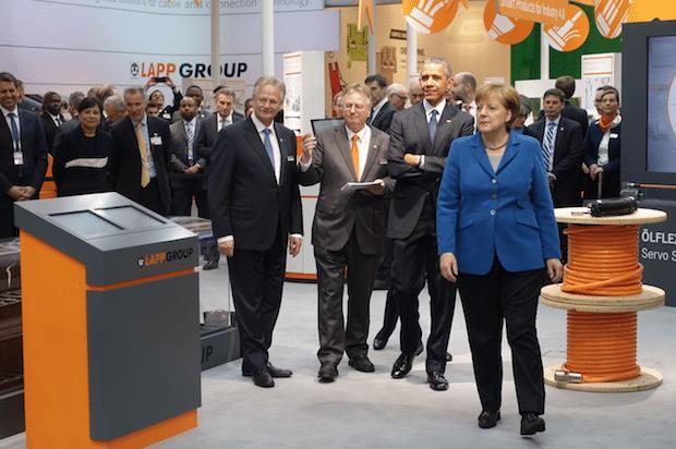 Bild von Obama und Merkel beeindruckt von flexiblen ÖLFLEX ROBOT