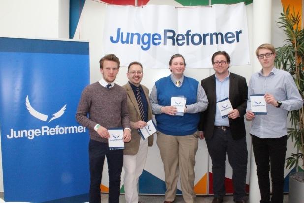 """Die ALFA Jugendorganisation """"JuRe"""" (Junge Reformer) ist nun mit zwei Personen im Landesvorstand vertreten. Kevin Kriegel (blauer Pulli) ergänzt nun seinen Kollegen Alexander da Silva."""