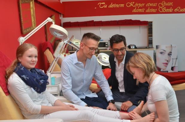 Fußmassage. Von links: Lea Gerber (17), Ausbildungspartner Henrik Schuster und Ronald Brendler sowie Theresa Kuhnert (19). Bildquelle: MEDIENKONTOR / Franziska Märtig.