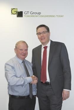 Die GT Group wird von Knorr-Bremse übernommen. Thorsten Seehars, Mitglied der Geschäftsführung der Knorr-Bremse Systeme für Nutzfahrzeuge GmbH, (rechts) bei der Ver- tragsunterschrift zusammen mit Geoff Turnbull, dem bisherigen Eigentümer und Chairman der GT Group. Quelle: Knorr-Bremse AG
