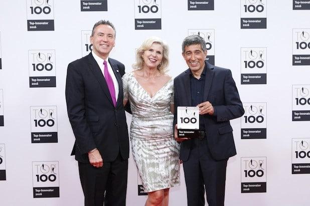 (FOTO: KD Busch/Compamedia) Top 100 Auszeichnung, Geschäftsführer Dr. Thomas Jurisch, Frau Catharina Jurisch und Ranga Yogeshwar (von links)