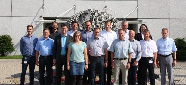 Von links: Sebastian Gschwill (Hischvogel Holding GmbH), Thomas Heindl (HAWE), Philipp Poferl (Arqum), Stefan Lange (MTU), Dr. Serafin von Roon (FfE), Anna Gruber (FfE), Robert Novak (HAWE), Bernhard Schmelz (HAWE), Christian Möhrle (Hirschvogel Umformtechnik GmbH), Werner Dacher (Hirschvogel Umformtechnik GmbH), Stefan Schirm (BSH), Markus Wiedemann (Hilti), Sabine Zettel (MTU), Reiner Jaufmann (Hilti), Dr. Thomas Gulden (Schreiner). Quelle: Hirschvogel Holding GmbH