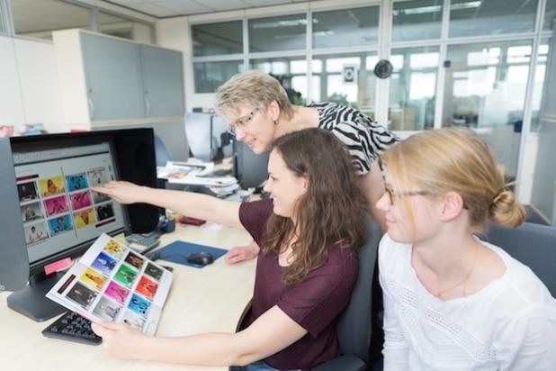 Vom Hörsaal zu CEWE: Stipendiatin Nora Schulte (Mitte) mit Dr. Christina Debus, Abteilungsleiterin Produktqualität, und Birte Stadtlander, stellvertretende Abteilungsleiterin (vorne). Quelle: CEWE Stiftung & Co. KGaA