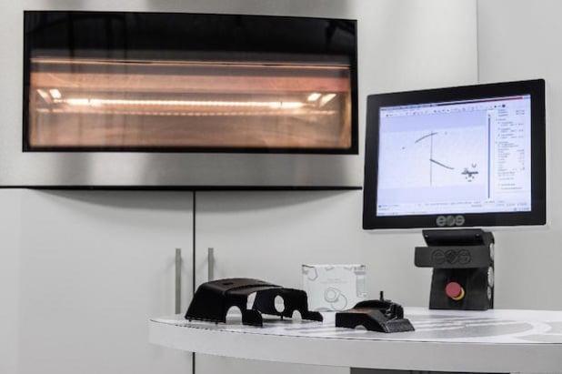 Mercedes-Benz Lkw produziert bereits 30 Ersatzteile erfolgreich mit modernsten 3D-SLS-Druckverfahren. Im After-Sales-Bereich ist Mercedes-Benz Lkw weltweit die Nr. 1 beim Einsatz von 3D-Druckteilen. Die Ersatzteile sind für die Vorgängerbaureihen des Actros bestimmt und erhältlich unter den offiziellen Ersatzteilnummern A 000 462 0043 (links) und A 000 831 0936 (rechts). (Quelle: Daimler Communications)
