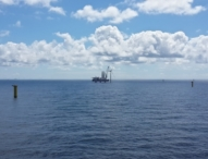 Erste Windenergieanlage für Offshore-Windpark Sandbank errichtet