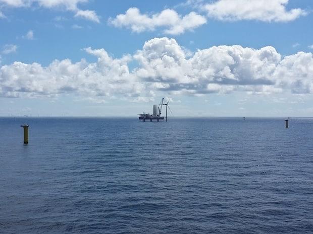 Bild von Erste Windenergieanlage für Offshore-Windpark Sandbank errichtet