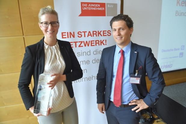 Preisträgerin Katrin Albsteiger und der Vorsitzende von DIE JUNGEN UNTERNEHMER Dr. Hubertus Porschen beim Gipfel der Jungen Unternehmer in Dortmund. Copyright: Marc-Steffen Unger