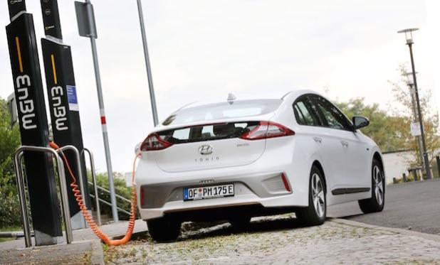 Vollgetankt: EnBW versorgt künftig Hyundai-Händler und –Kunden mit Strom für den IONIQ - Quelle: EnBW/Alexander Sell