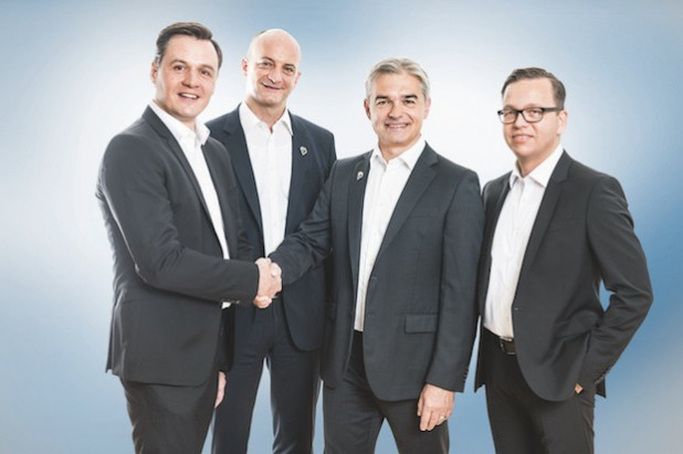 V. l. n. r.: Peter Bollinger (CEO iTAC Software AG), Marc Schürmann (Vice President Marketing, Sales & Services Komax AG), Matijas Meyer (CEO Komax Group), Martin Heinz (General Manager D-A-CH iTAC Software AG). Quelle: iTAC Software AG/punctum pr-agentur GmbH