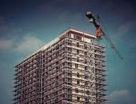 Außensanierung des Unternehmenssitzes – was es über Gerüste zu wissen gibt