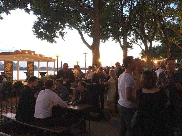 Am Abend des ersten Konferenztages: Die gut besuchte Networking Party mit Tiger-Award Verleihung. Direkt am Rheinufer.
