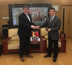 Praktika in China nun möglich - Rektor Stefan Stein besiegelt die Kooperation mit der BFSU im vergangenen Monat in Peking.
