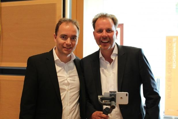 Thomas Klußmann (links) zusammen mit Internetanwalt Christian Solmecke