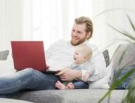 Während der Elternzeit fortbilden und nebenher das Kind schon schaukeln?