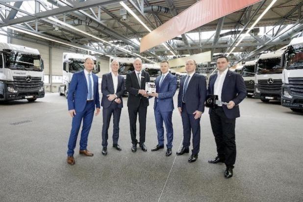 Logistikdienstleister Hegelmann übernimmt 1000sten Mercedes-Benz Actros