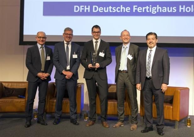 Thorsten Liesenfeld (Mitte) vom Nachhaltigkeitsteam der DFH nahm die Auszeichnung in Frankfurt entgegen. Foto: DQS/DFH