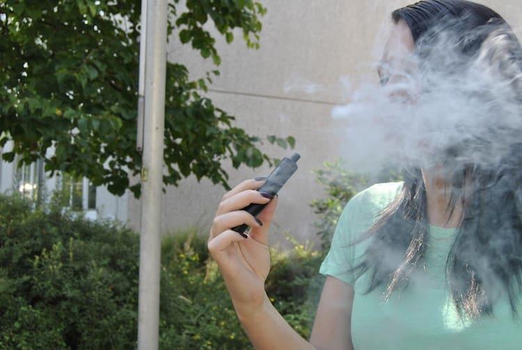 Viele Raucher gehen davon aus, dass der Dampf der E-Zigarette weniger schädlich ist als bei einer normalen Zigarette.